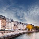 Ciel de traine sur les quais de Seine de Paris